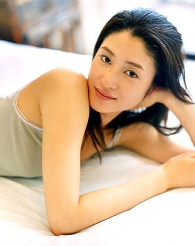 キャミソールでベッドに横たわる姿が美しすぎる女優・小雪